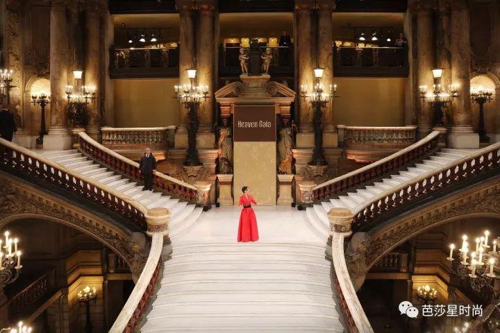 巴黎歌剧院的雕梁画栋遇上盖娅传说的飞针走线,原来美可以穿越时间和空间和你在巴黎相遇!