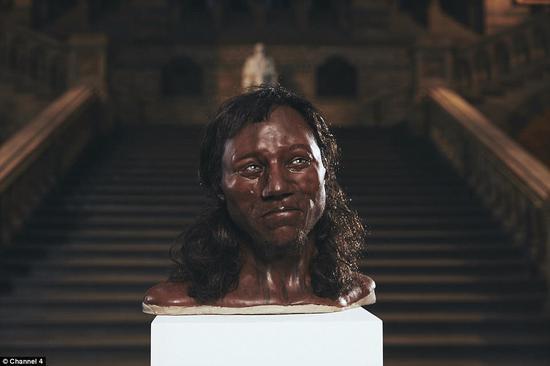 """拥有蓝眼睛、黑皮肤的""""第一个英国人""""头像。(图片来源:《每日邮报》)"""