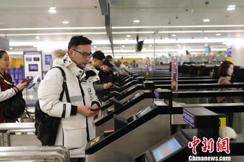 中国侨网资料图:出境通关。 殷立勤 摄
