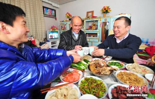 资料图:辽宁省葫芦岛市民在家中与家人享受丰盛的年夜饭。<span target='_blank' href='http://www.chinanews.com/'>中新社</span>发 于海洋 摄