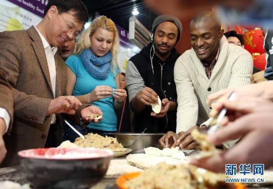 外国人过中国年有多拼?他们的包饺子神器让人笑cry