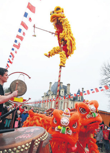 2月14日,在法国塞纳古堡,富有中国特色的舞狮队正在表演。(欧洲时报)