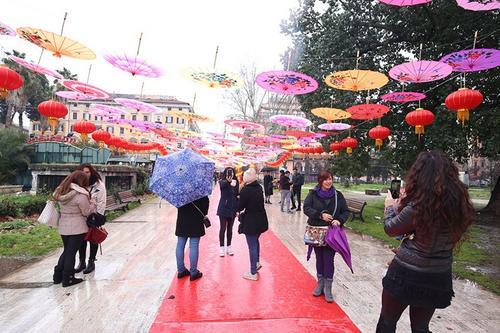 中国侨网2月18日,罗马侨团2018春节庆祝活动在罗马华人区的维多利奥广场举行,绚丽缤纷的油纸伞令人如同置身江南雨巷。(欧洲时报/张锐 摄)