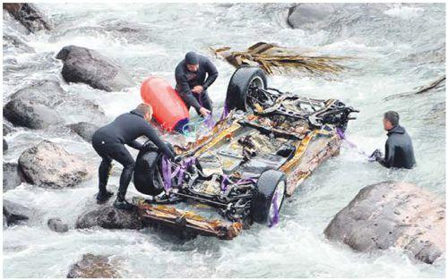 John的车子被打捞上来。(新西兰《中文先驱报》)