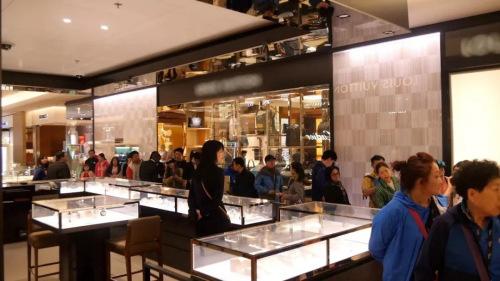 在某奢侈品牌商店内排队购买商品的中国客人。