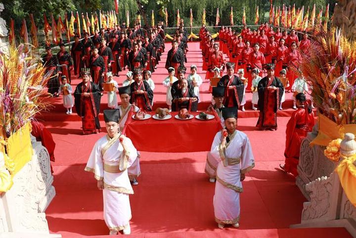 学子业成内外同庆_古风仪式传承文明_河北美术学院2018年汉式学士学位授予仪式隆重举行