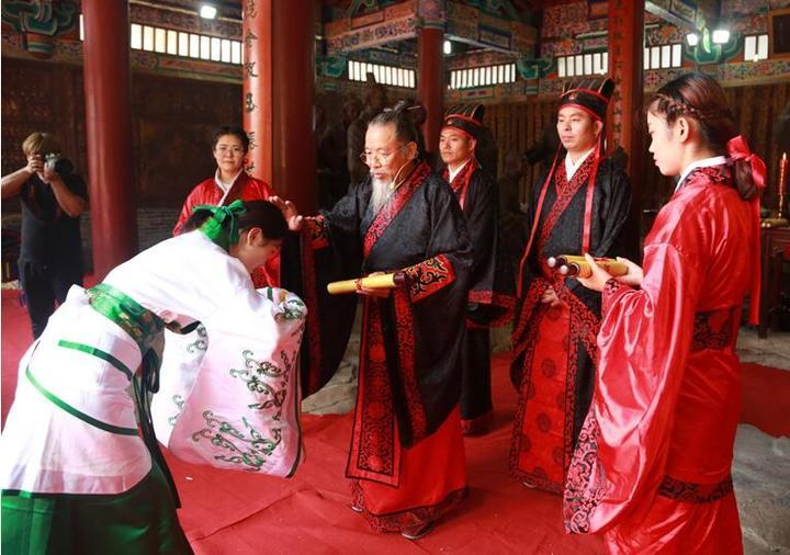 学子业成内外同庆___古风仪式传承文明_河北美术学院2018年汉式学士学位授予仪式隆重举行