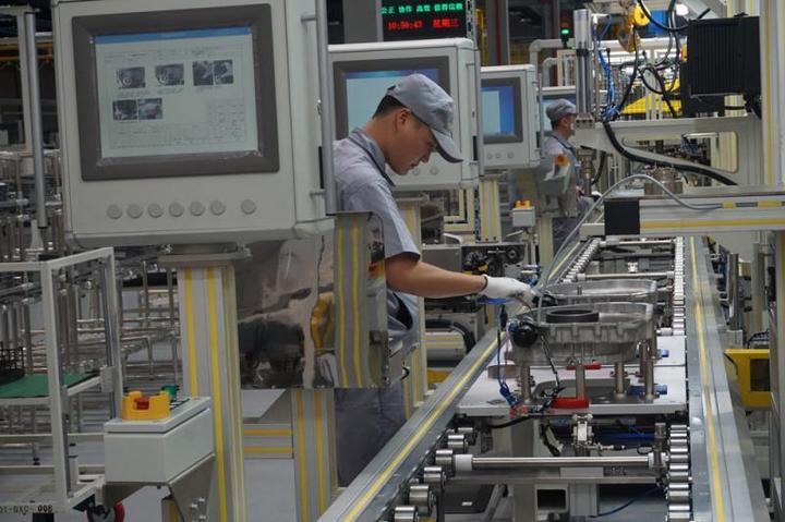 工人在汽车集成电路生产车间工作 大公报记者敖敏辉摄