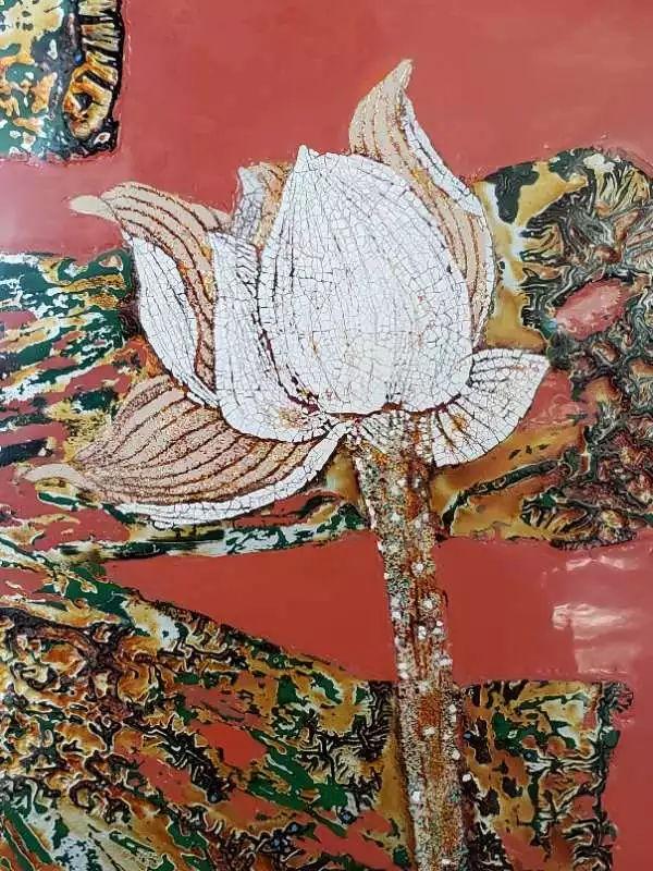 当代漆画艺术家郑频《晨露》细节图(采用了蛋壳镶嵌的荷花与随性漆