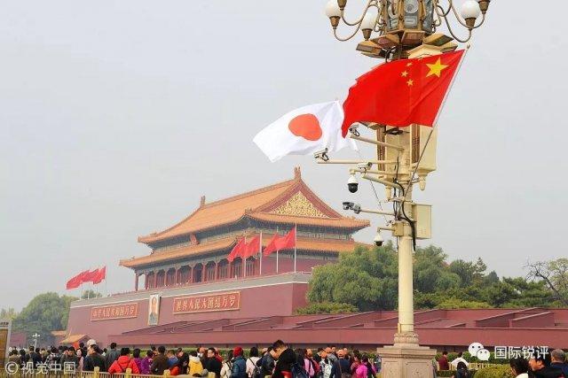 北京长安街中日两国国旗迎风飘扬.