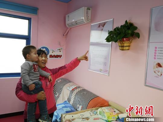 图为乘客在郑州52路公交车公交场站母婴室休息。 郑州公交四公司供图 摄