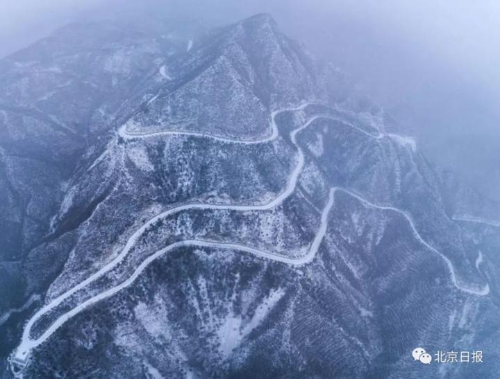 延庆玉渡山风景区的盘山公路在白雪皑皑覆盖下有种曲径通幽的大美意境