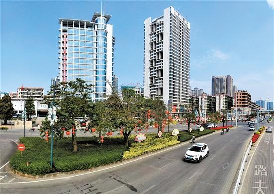 """近年来,鹤山市以谷埠新区,文化中心,美雅产业新城""""三大片区""""建设为"""